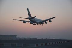 Terre de entrée dans plate de ligne aérienne d'émirats Photographie stock libre de droits