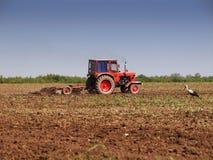 Terre de ferme de fonctionnement de tracteur images stock