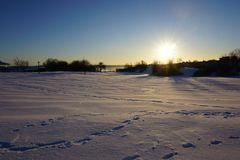Terre de neige sous le soleil photo libre de droits