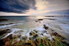 Terre de plage de roche de pierre de la Thaïlande de lever de soleil de coucher du soleil de plage du soleil de sable de mer Images stock