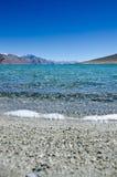 Terre, eau, collines et ciel Photos stock