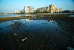 Terre en friche urbaine avec des modules  Photographie stock