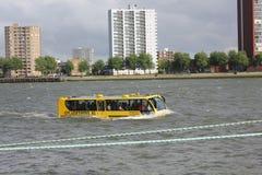 (Terre et eau) autobus amphibie unique sur la rivière Maa photos libres de droits