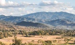 Terre et montagne de sécheresse Photographie stock