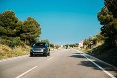 Terre Rover Discovery Sport Car Driving dans la route de campagne Terre Rov photographie stock libre de droits
