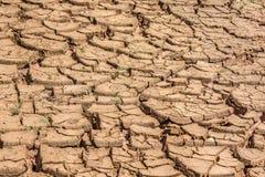 Terre sèche criquée au barrage au Brésil photo stock