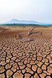 Terre s?che criqu?e sans eau abr?gez le fond images libres de droits