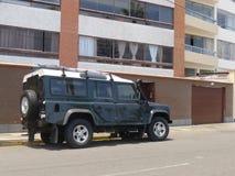 Terre verte et blanche Rover Defender à Lima Photos libres de droits