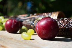 Terrecotte georgiane per vino ed i frutti Fotografia Stock
