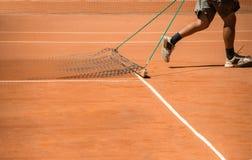 Terrein van het mensen het schoonmakende tennis Royalty-vrije Stock Afbeeldingen