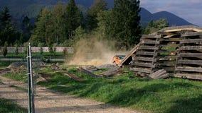 Terreinvoertuig het drijven hastly door veelhoeken stock footage