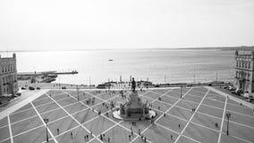 Terreiro hace Paço o el cuadrado y las columnas comerciales atracan en Lisboa Imagen de archivo