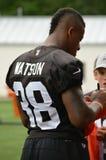 Terrell Watson Signing Autographs para los niños durante campo de entrenamiento de Cleveland Browns NFL Foto de archivo libre de regalías