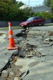 Terremoto de Christchurch - el coche cae en la grieta Fotos de archivo libres de regalías