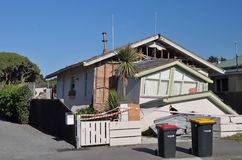 Terremoto de Christchurch - quedas novas da casa de Brigghton Foto de Stock