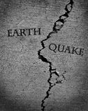 Terremoto do terramoto da terra com cimento rachado Fotografia de Stock Royalty Free