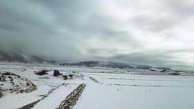 Terreni coltivabili innevati del metraggio aereo del paesaggio archivi video