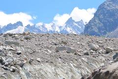 Terreno alpino ghiacciato della montagna del cielo blu Fotografia Stock Libera da Diritti