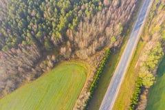 Terreno boscoso e strada principale in autunno Paesaggio aereo rurale immagine stock libera da diritti