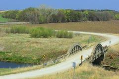 Terreno coltivabile del paese di Kansas con il vecchio ponte Immagini Stock Libere da Diritti