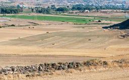 Terreno coltivabile di agricoltura della campagna dopo la raccolta Immagine Stock Libera da Diritti