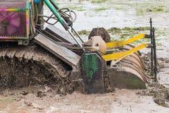 Terreno coltivabile di agricoltura, trattore con l'aratro che ara un campo del suolo Immagini Stock