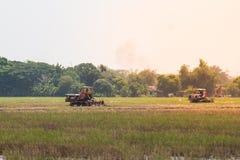 Terreno coltivabile di agricoltura, trattore con l'aratro che ara un campo del suolo Fotografia Stock Libera da Diritti