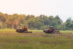 Terreno coltivabile di agricoltura, trattore con l'aratro che ara un campo del suolo Fotografia Stock