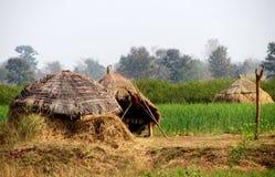 Terreno coltivabile e capanne in satpura Fotografie Stock Libere da Diritti