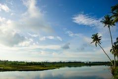 Terreno coltivabile lungo la riva del fiume alla campagna Immagini Stock Libere da Diritti