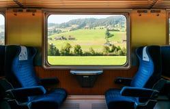 Terreno coltivabile rurale svizzero attraverso la finestra del treno, concetto di viaggio del treno immagini stock libere da diritti