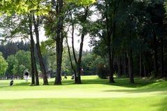 Terreno da golf con i giocatori Fotografie Stock