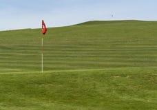 Terreno da golf e bandierina Fotografia Stock Libera da Diritti