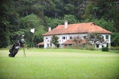 Terreno da golf e casa di stile dell'Europa Fotografia Stock