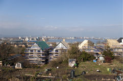 Terreno de construção moderno no Reino Unido com os jardins de atribuição tradicionais Imagem de Stock