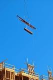 Terreno de construção com céu azul fotos de stock