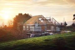 Terreno de construção com a casa sob a construção fotografia de stock
