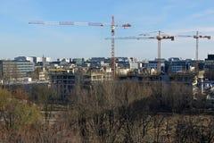 Terreno de construção com os guindastes em Varsóvia (ewiec do ¼ do uÅ do 'de SÅ) imagens de stock royalty free