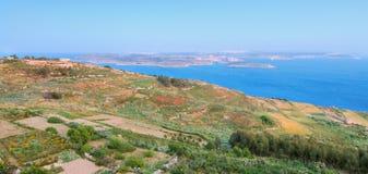 Terreno de la isla de Gozo. Visión hacia Malta y Comino Imágenes de archivo libres de regalías