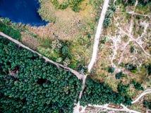 Terreno del campo con las pistas de la arboleda y del campo Fotografía de archivo