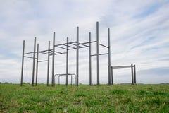 Terreno di gioco pubblico in un parco allenamento della via e barra orizzontale su erba verde Immagini Stock