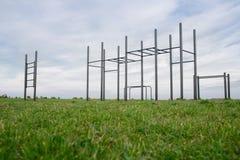 Terreno di gioco pubblico in un parco allenamento della via e barra orizzontale su erba verde Fotografia Stock Libera da Diritti