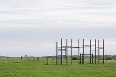 Terreno di gioco pubblico in un parco allenamento della via e barra orizzontale su erba verde Fotografia Stock