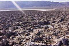Terreno e montagne aridi asciutti del deserto nella distanza Fotografie Stock