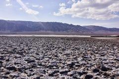 Terreno e montagne aridi asciutti del deserto nella distanza Immagine Stock Libera da Diritti