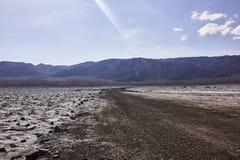 Terreno e montanhas áridos secos do deserto na distância Fotografia de Stock Royalty Free