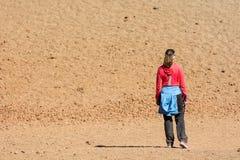 Terreno incolto d'escursione femminile sportivo del deserto attraverso il cratere vulcanico immagine stock libera da diritti