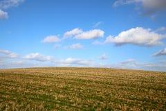 Terreno montanhoso com céu azul fotos de stock