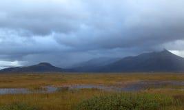 Terreno paludoso e montagne in Islanda Fotografie Stock Libere da Diritti