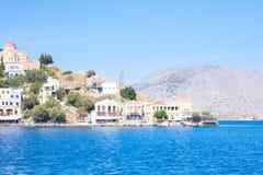 Terreno roccioso ed il mare in Grecia Immagini Stock Libere da Diritti